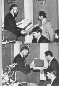 J. McKnight会長から賞を受ける阿部さん (J.AES, Vol.27, No.7/8, 1979)